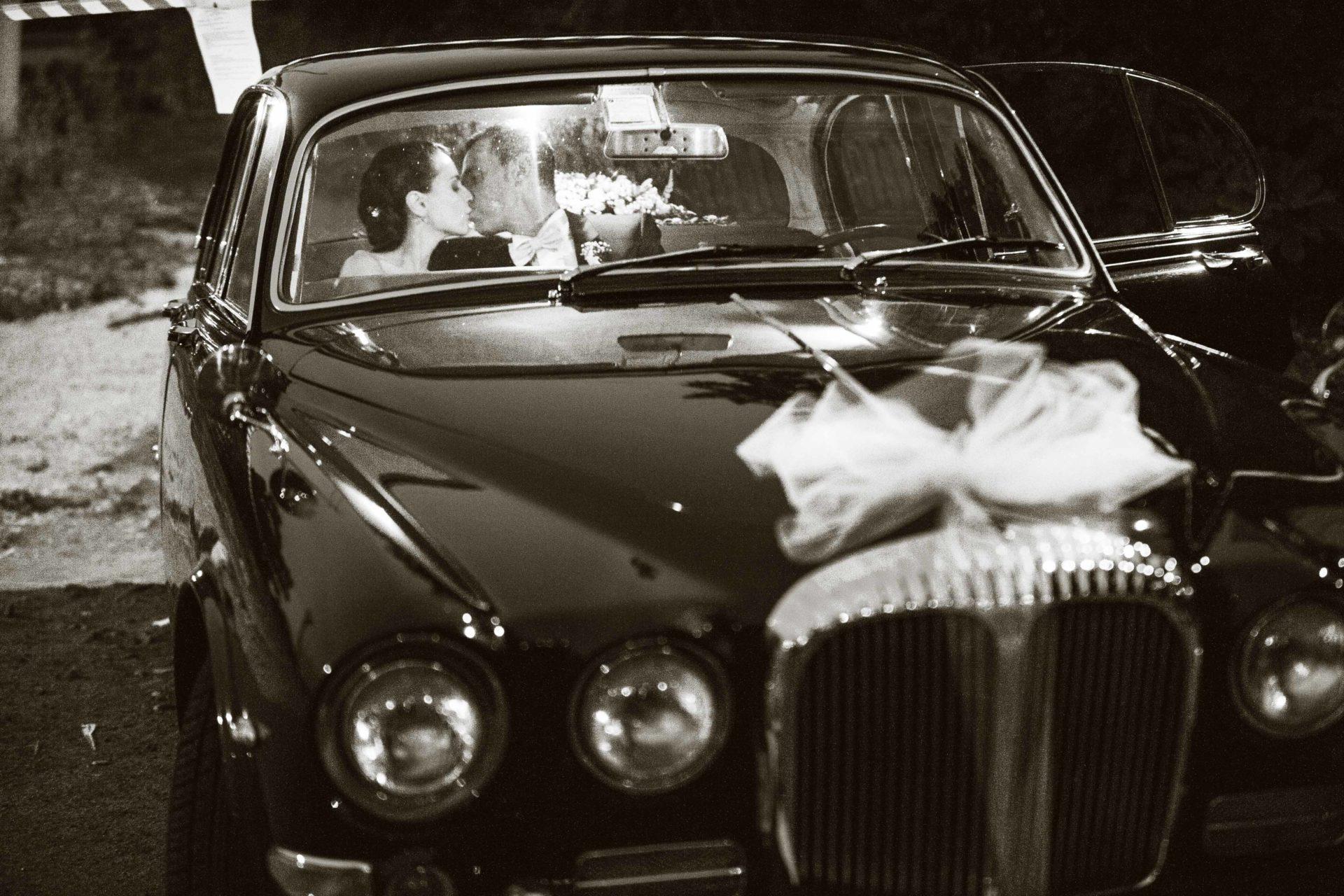fotografia con le macchine d'epoca al matrimonio